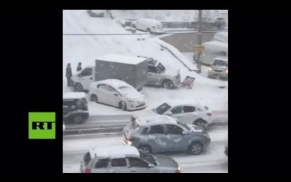 VIDEO: Coches se deslizan y terminan chocando al intentar sortear una pendiente en plena nevada